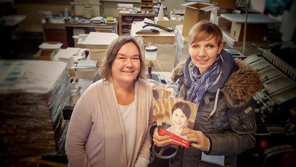Frauenbranchenbuch OWL veröffentlicht mit Herausgeberin Michaela Heinze und Druckerei Inhaberin Inken