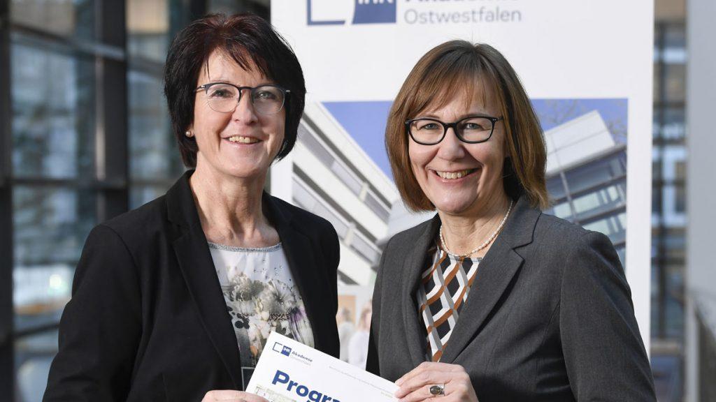 Simone Heuwinkel und IHK-Akademie-Geschäftsführerin Ute Horstkötter-Starke