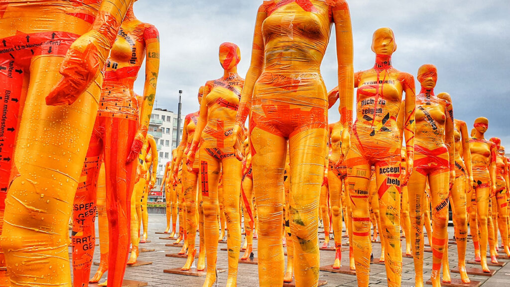 Broken Kritik an Dennis Meseg Kunstinstallation